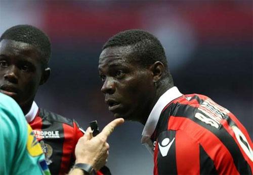 Balotelli duoc xoa the do hinh anh