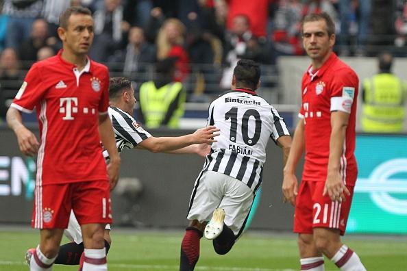 Mueller do mau, Bayern hoa tran thu hai lien tiep hinh anh 11