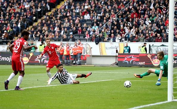 Mueller do mau, Bayern hoa tran thu hai lien tiep hinh anh 8