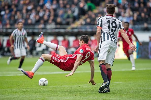 Mueller do mau, Bayern hoa tran thu hai lien tiep hinh anh 12
