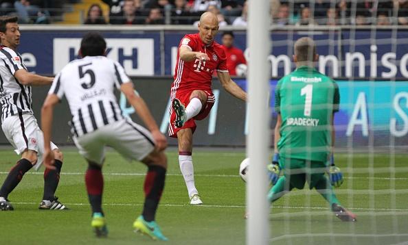 Mueller do mau, Bayern hoa tran thu hai lien tiep hinh anh 1