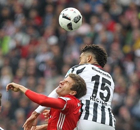 Mueller do mau, Bayern hoa tran thu hai lien tiep hinh anh 15
