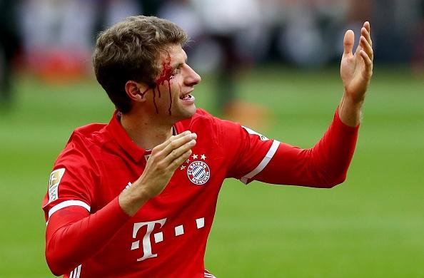 Mueller do mau, Bayern hoa tran thu hai lien tiep hinh anh 14