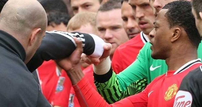 Evra bat ngo chuc mung 'ke thu' Luis Suarez hinh anh 2