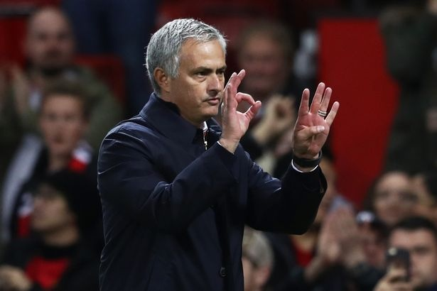 Mourinho vai xin loi co dong vien MU anh 1