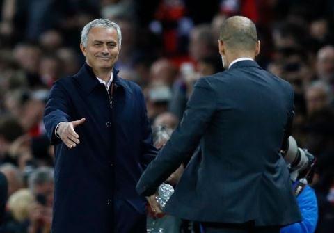 Mourinho vai xin loi co dong vien MU anh 5