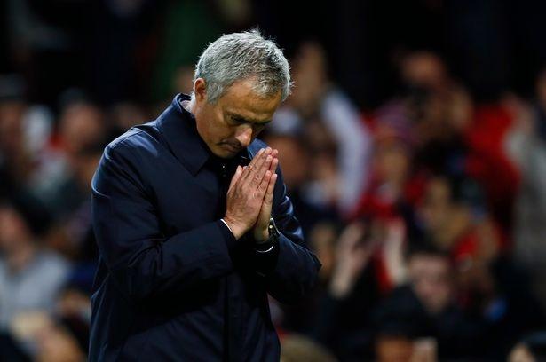 Mourinho chap tay vai xin loi co dong vien hinh anh