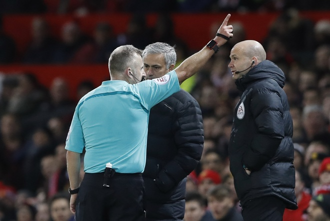 Trut gian vao chai nuoc, Mourinho bi duoi len khan dai hinh anh 5