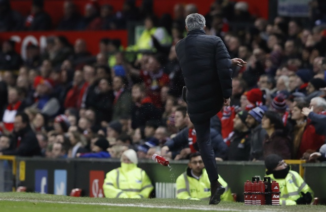 Trut gian vao chai nuoc, Mourinho bi duoi len khan dai hinh anh 3