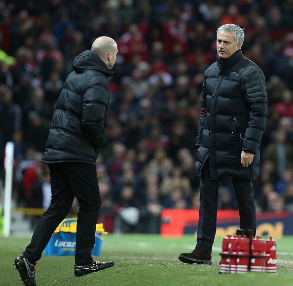 Trut gian vao chai nuoc, Mourinho bi duoi len khan dai hinh anh 4