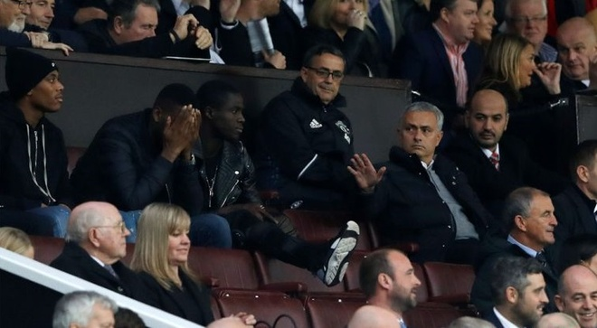 Trut gian vao chai nuoc, Mourinho bi duoi len khan dai hinh anh 7