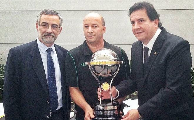 Nha vo dich nam 2015 trao cup cho Chapecoense hinh anh