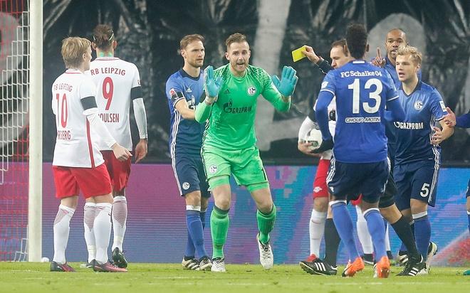 Trong tai dan vat vi thoi penalty 'ma' cho RB Leipzig hinh anh 1