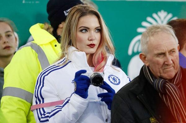 My nhan ham mo cuong nhiet Chelsea di xem MU hinh anh