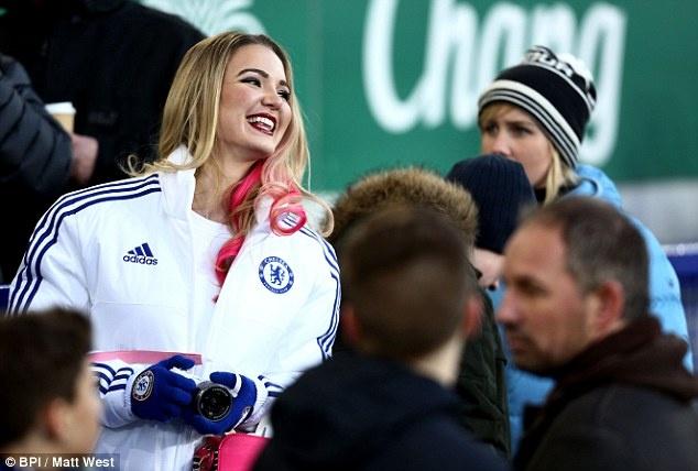 Nguoi dep yeu Chelsea bi fan Arsenal cuong hon hinh anh