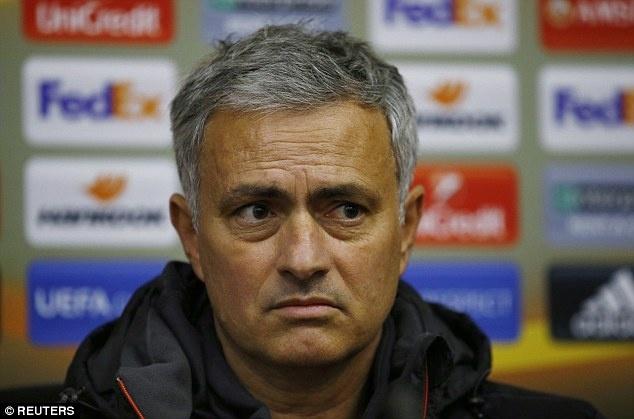 Mourinho buc tuc vi mat san dong bang hinh anh