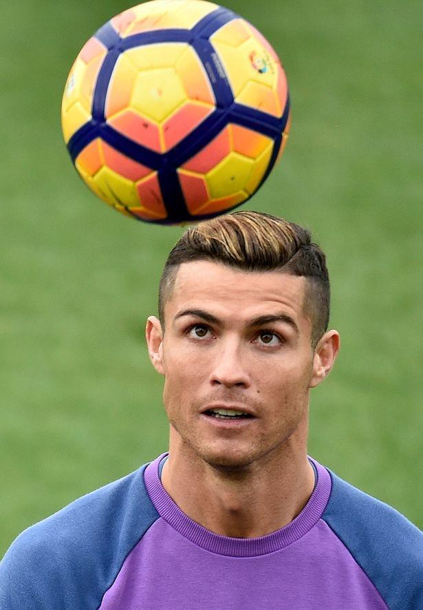 Ronaldo nhuom toc cho nhan Qua bong vang hinh anh 1