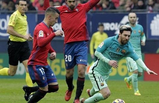 'Ronaldo chang bao gio choi dep nhu Messi' hinh anh