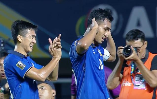 Teerasil Dangda sanh vai Cong Vinh o AFF Cup hinh anh 1
