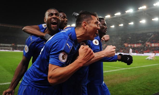 Leicester hoa kich tinh du bi dan 2-0 va da thieu nguoi hinh anh