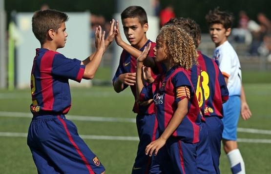 U12 Barca mat 8 giay de choc thung luoi U12 Real hinh anh