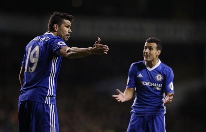 Costa va Pedro cai nhau ngay tren san hinh anh 2