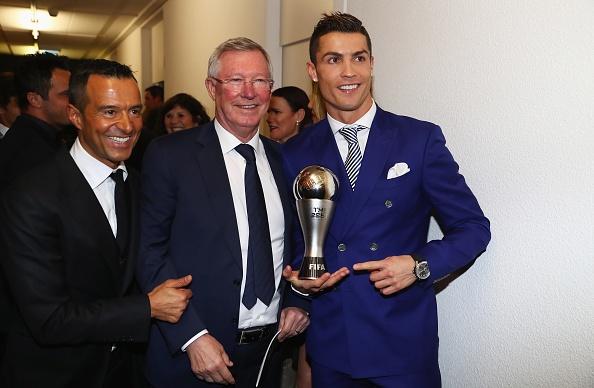 Ronaldo tinh cam voi ban gai o le trao giai FIFA hinh anh 7