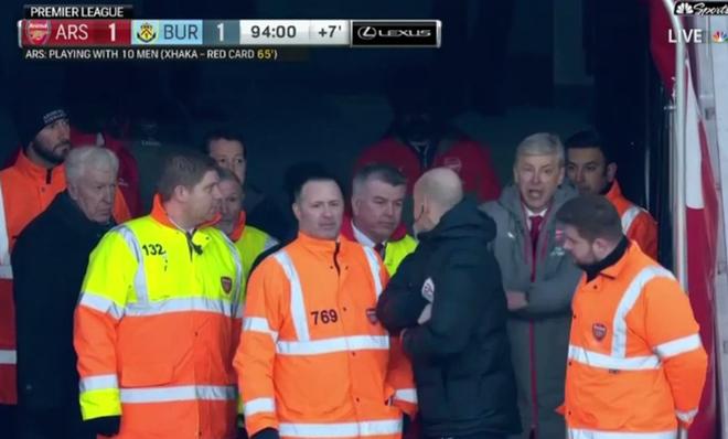 HLV Wenger day trong tai khi bi duoi khoi san hinh anh