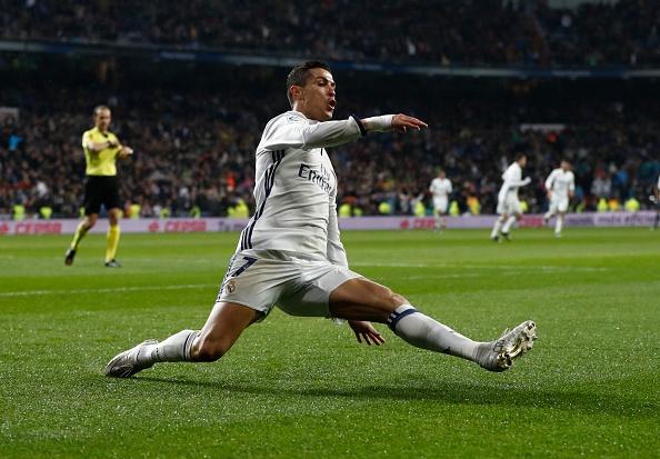 Ronaldo dua ban gai di an sinh nhat tuoi 22 hinh anh 6