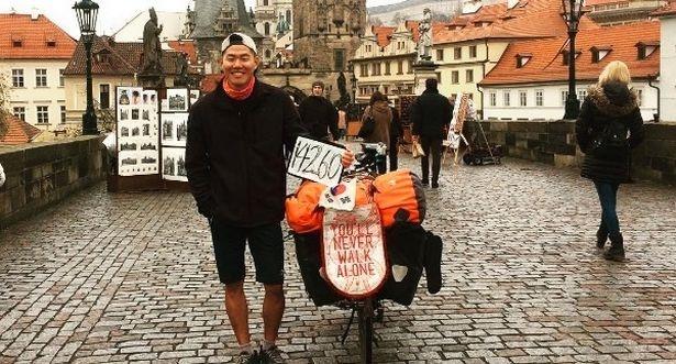 Phan thuong cho CDV dap xe tu Han Quoc sang Liverpool hinh anh 1