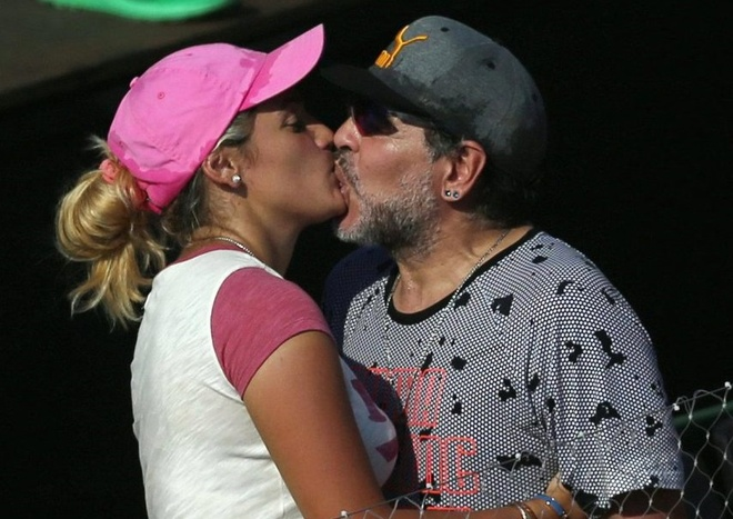 Maradona gong minh khi hon bo 9X hinh anh