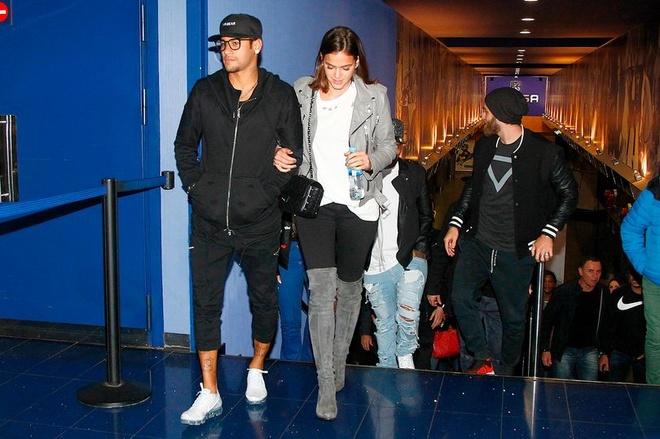 Bi treo gio, Neymar di xem phim voi ban gai xinh xan hinh anh 1