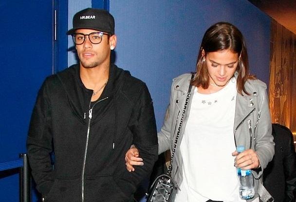 Bi treo gio, Neymar di xem phim voi ban gai xinh xan hinh anh