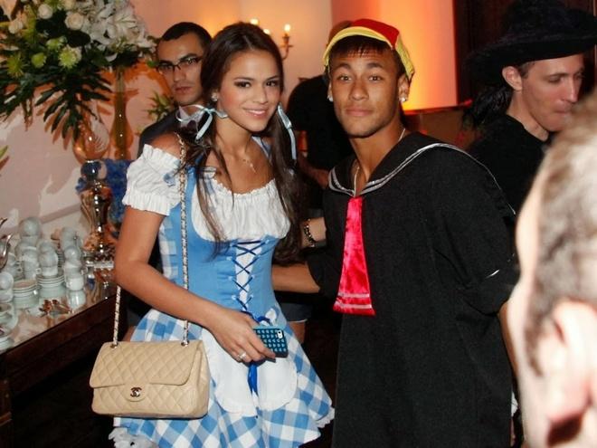 Bi treo gio, Neymar di xem phim voi ban gai xinh xan hinh anh 9