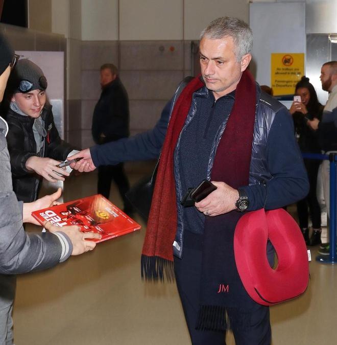 CDV may man nhan qua cua Mourinho o san bay hinh anh 2