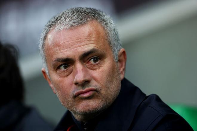 CDV may man nhan qua cua Mourinho o san bay hinh anh