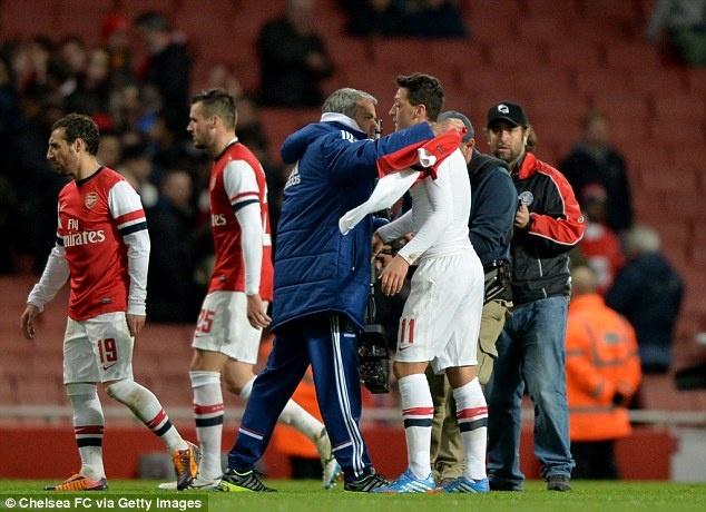 Oezil lan dau he lo man chui tham te cua Mourinho hinh anh 1