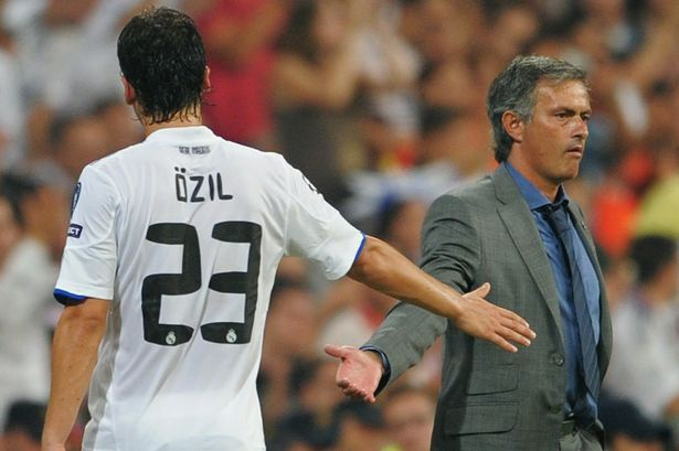 Oezil lan dau he lo man chui tham te cua Mourinho hinh anh