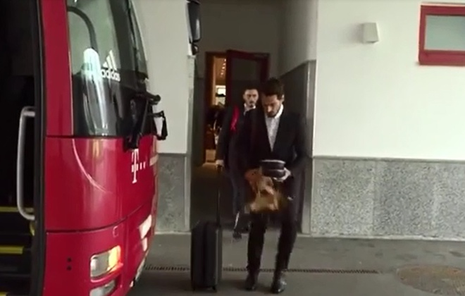 Mueller bat cuoi khi Hummels lam do ca phe len vest hinh anh 2