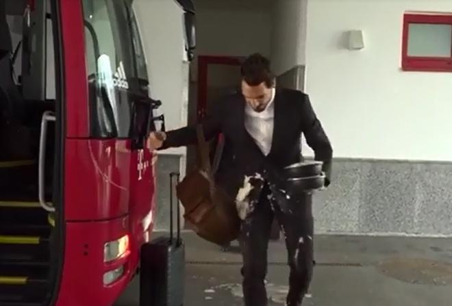 Mueller bat cuoi khi Hummels lam do ca phe len vest hinh anh 3
