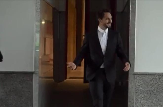 Mueller bat cuoi khi Hummels lam do ca phe len vest hinh anh 5