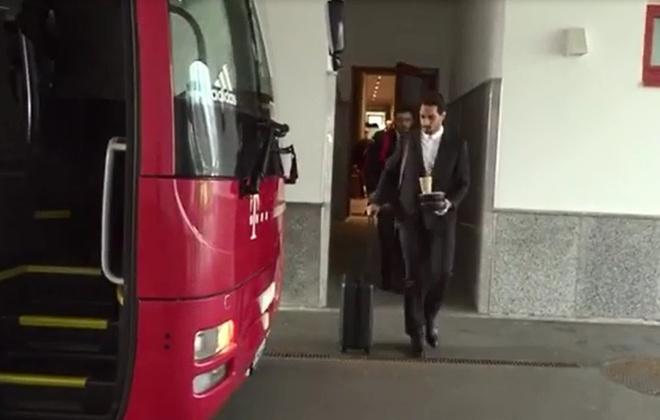 Mueller bat cuoi khi Hummels lam do ca phe len vest hinh anh 1