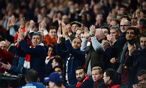 CDV Bayern dong loat nem giay ve sinh phan doi Arsenal hinh anh 9