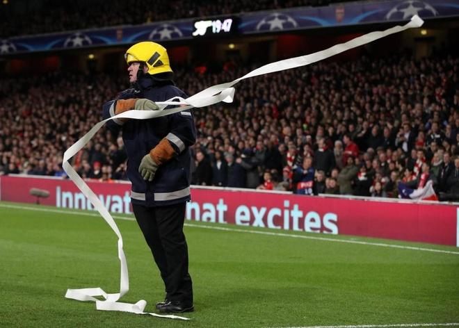 CDV Bayern dong loat nem giay ve sinh phan doi Arsenal hinh anh 4