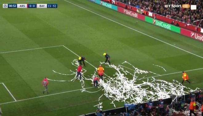 CDV Bayern dong loat nem giay ve sinh phan doi Arsenal hinh anh 2