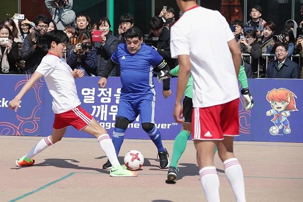 Maradona phien ban bung bia tai hien 'ban tay cua Chua' hinh anh 5