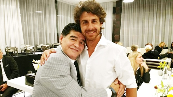 Maradona phien ban bung bia tai hien 'ban tay cua Chua' hinh anh 7