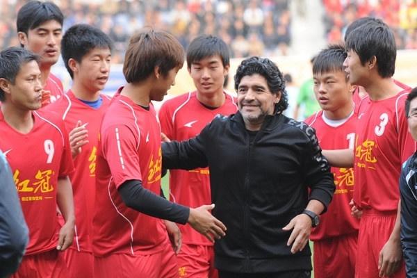 Maradona phien ban bung bia tai hien 'ban tay cua Chua' hinh anh 9