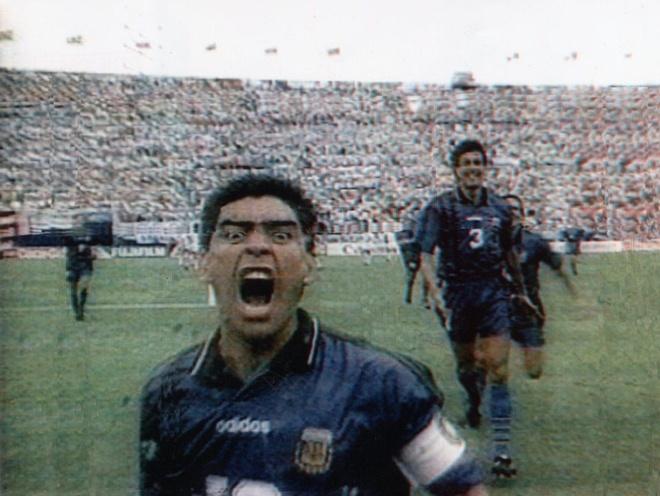 Maradona phien ban bung bia tai hien 'ban tay cua Chua' hinh anh 4