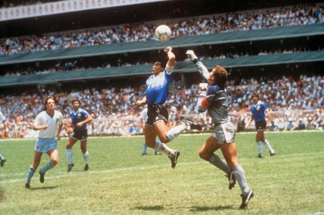 Maradona phien ban bung bia tai hien 'ban tay cua Chua' hinh anh 2